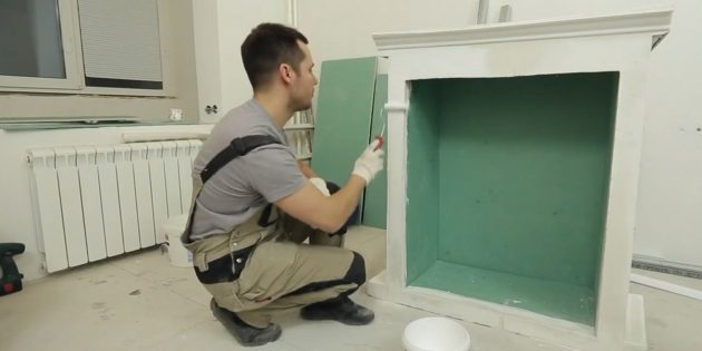 Color the fireplace of white water-emulsion paint