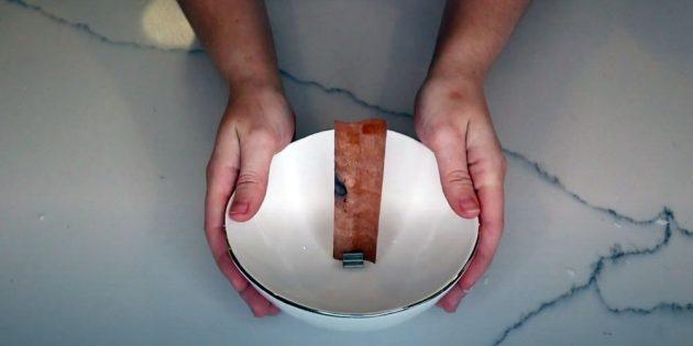 Nó vẫn còn để củng cố kết quả. Làm tan chảy parafin trên bồn nước, lấy lại nó vào thùng chứa trong đó bạn có thể nhúng hoàn toàn nến trang trí.