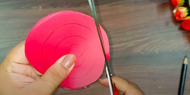 Ambachten op 8 maart doen het zelf: gesneden papierspiralen