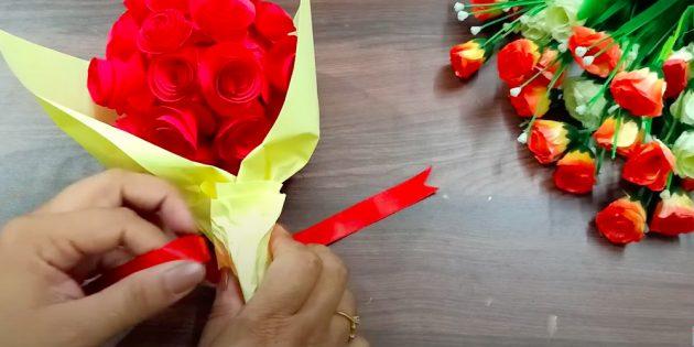 Поделки на 8 Марта: заверните букет в декоративную бумагу