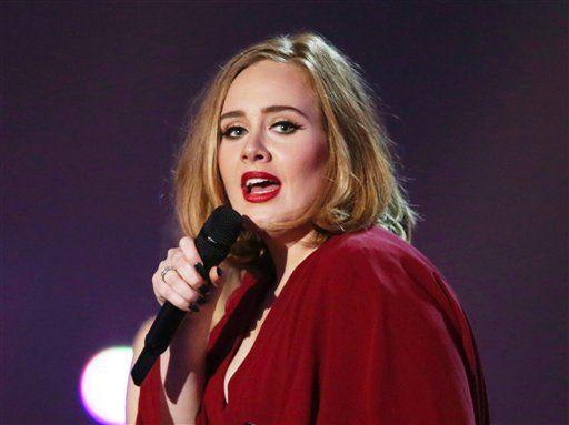 """ARCHIVO - Adele en el escenario de los Brit Awards 2016 en la arena 02 de Londres en una fotografía de archivo del 24 de febrero de 2016. Adele y Beyonce  son las artistas más nominadas a los Premios MTV a los Videos Musicales, donde sus videos competirán con el controversial """"Famous"""" de Kanye West en la categoría al video del año. Los Premios MTV a los Videos Musicales se transmitirán en vivo el 28 de agosto desde Nueva York. (Foto Joel Ryan/Invision/AP, archivo)"""