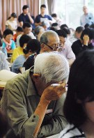 仮設住宅入居説明会で、疲れた様子で熊本市の説明を聞く被災者ら=熊本市南区で2016年5月28日午前10時6分、中里顕撮影