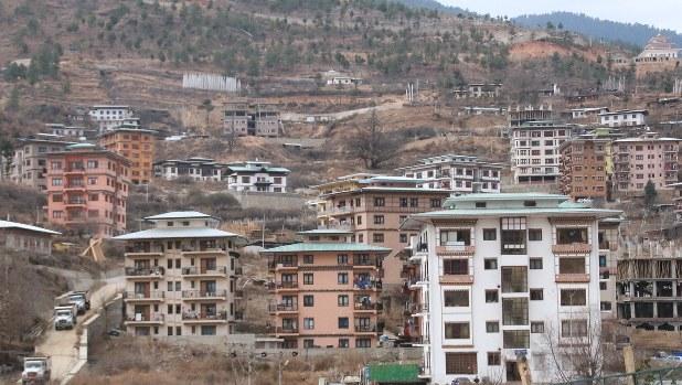 ブータンの首都ティンプーの街並み=2016年1月6日、金子淳撮影