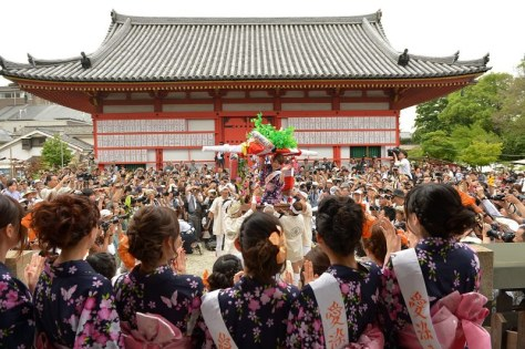 大勢の観客が見守るなか、「宝恵かご」に乗って担がれる「愛染娘」=2015年6月30日午後3時27分、三浦博之撮影