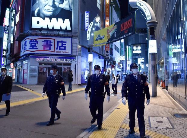 人出が減った繁華街で光る警察官の目 狙われる休業店舗 新型コロナ - 毎日新聞