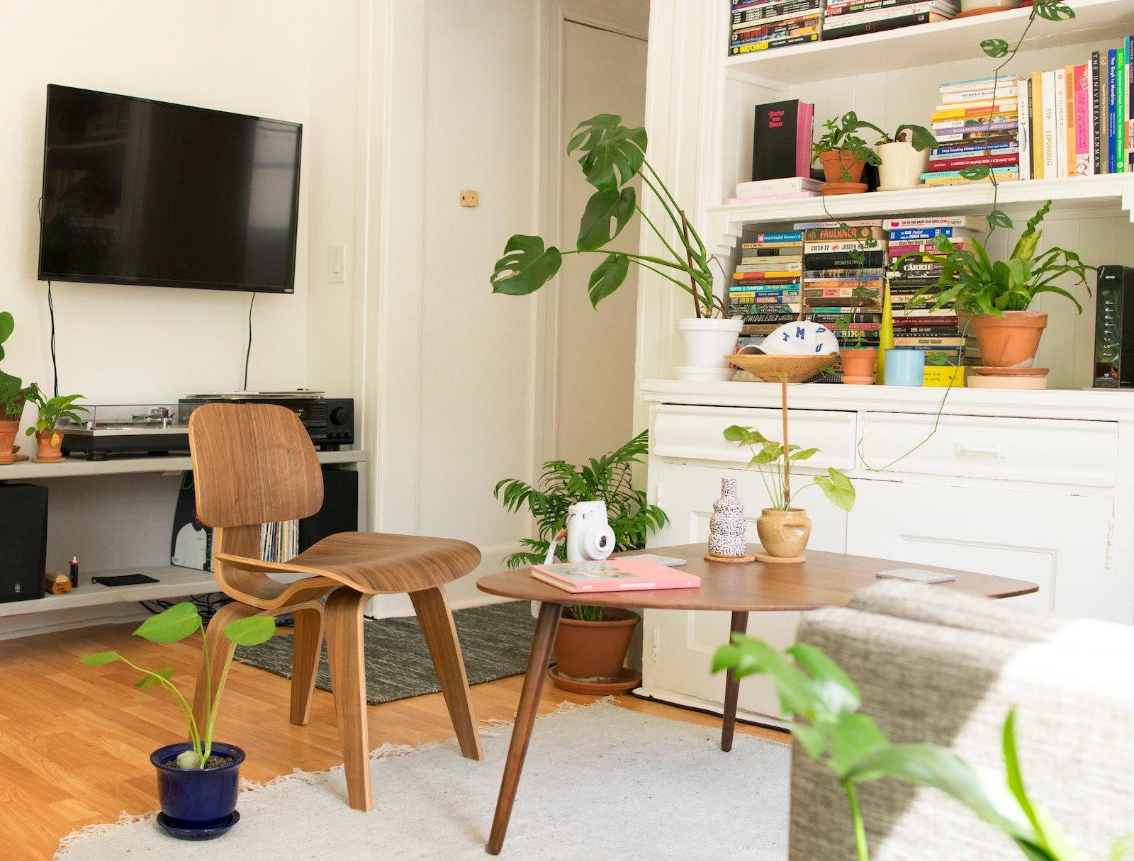 20 Brilliant NYC Apartment Decorating Tips And Ideas On A ... on Apartment Decor Ideas On A Budget  id=91534