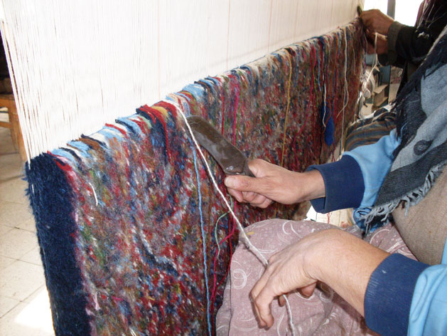 kerman-rugs-cutting-yarn.jpg
