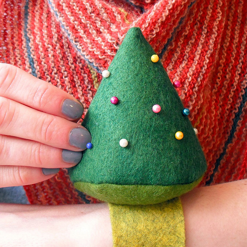 christmas_tree_wrist_pincushion.jpg