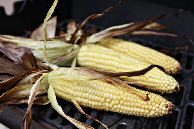 kitchen101-howtogrillcorn-pullbackhusks.jpg