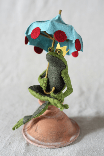 felt_frog_with_umbrella.png