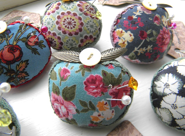 Apple_for_Teacher_Pincushion_Brooches_flickr_roundup.jpg