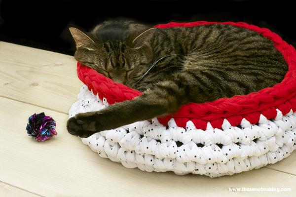 cat_super_bulky_cat_bed_crochet_1