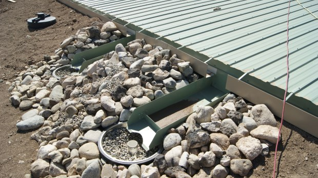 Earthship Water Catchment Gutter Photo: cc by-sa 3.0, Amzi Smith