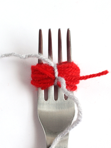 how to make pompoms with a fork