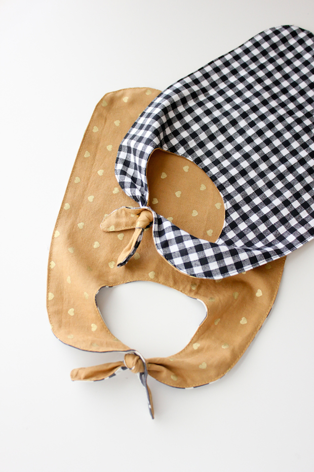 deliacreates_knotted_pass-through_baby_bib_01