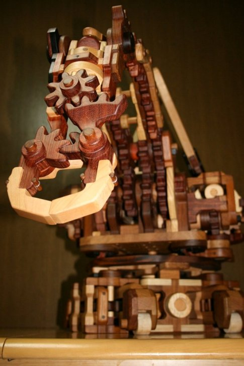 Kinohaguruma's wooden robotic arm functions using a series of gears and levers