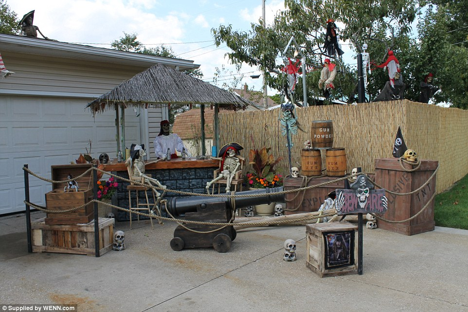 Diy halloween yard decorations - Halloween Pirate Shipwreck Yard Display Make