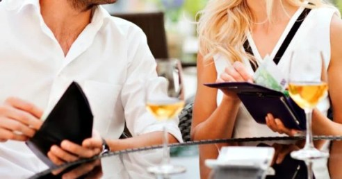 Splitting the bill on the first date? Hmm... Foto: mamamia.com.au