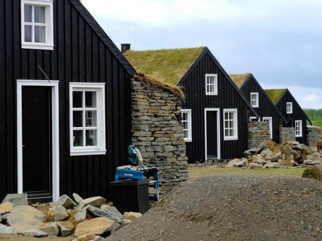 Minnstu smáatriði eru sjáanleg í handverkinu, m.a. má nefna að ...