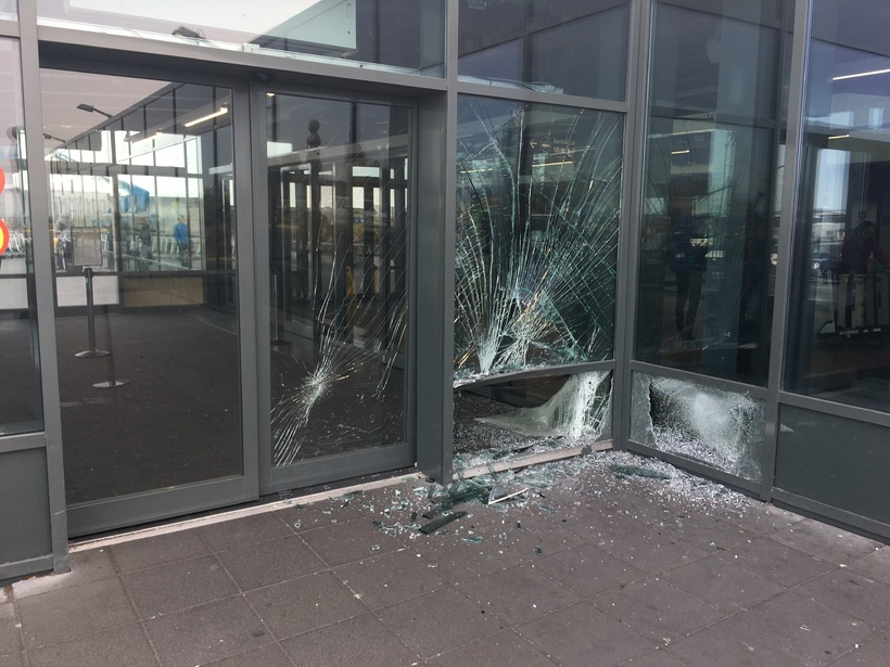 Los daños en el aeropuerto de Keflavik.