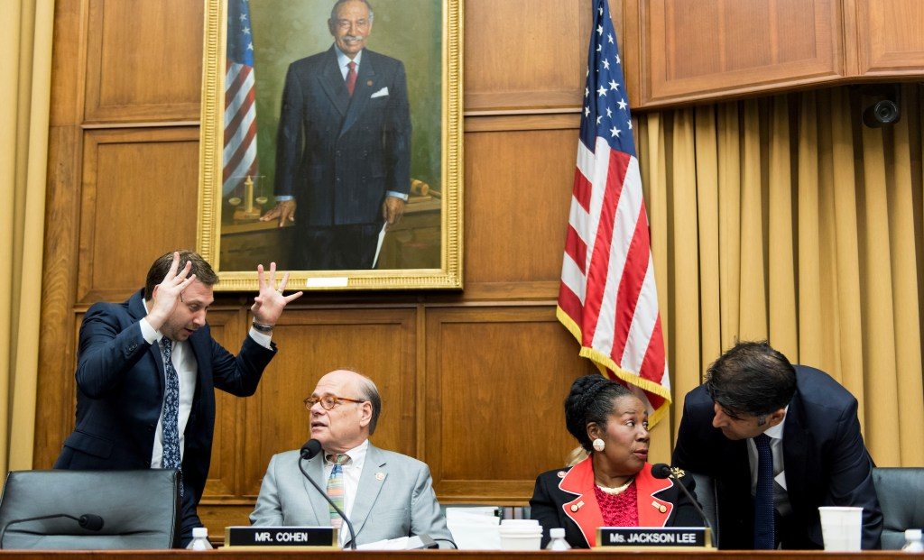 Rep. Steve Coehn, D-Tenn., and Rep. Sheila Jackson Lee, D-Texas, confere with staffers during a recess in the House Judiciary Committee hearing on