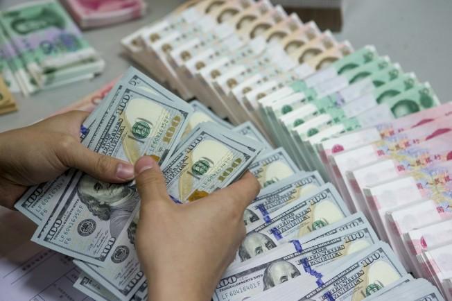 亞投行創始國申請截止,美未加入,影響美金主地位。圖為中國的銀行行員點算美金。(中新社)</p><br /><br /><br /> <p>