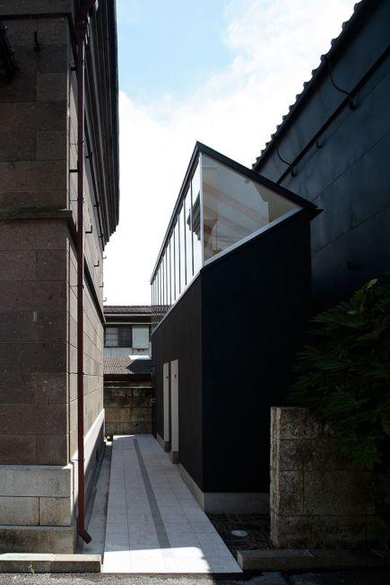 日本筑西市市這座黑白相間的公廁,像鋼琴鍵一般,入選第八名。(取材自Design Curial網站)