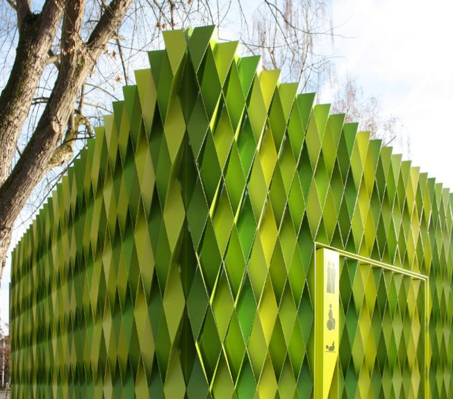 幾何圖形與深淺不一組合而成的方形建築,是瑞士烏斯特市的創意公廁,獲選第九名。(取材自Design Curial網站)