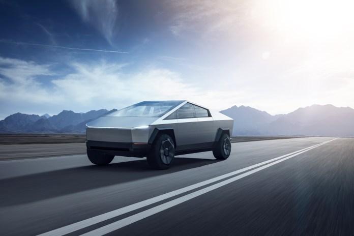 Tesla Cybertruck fonce dans le désert