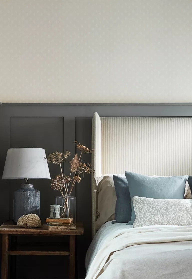 Cottage bedroom ideas - bedroom with grey panel and wallpaper in cottage bedroom style