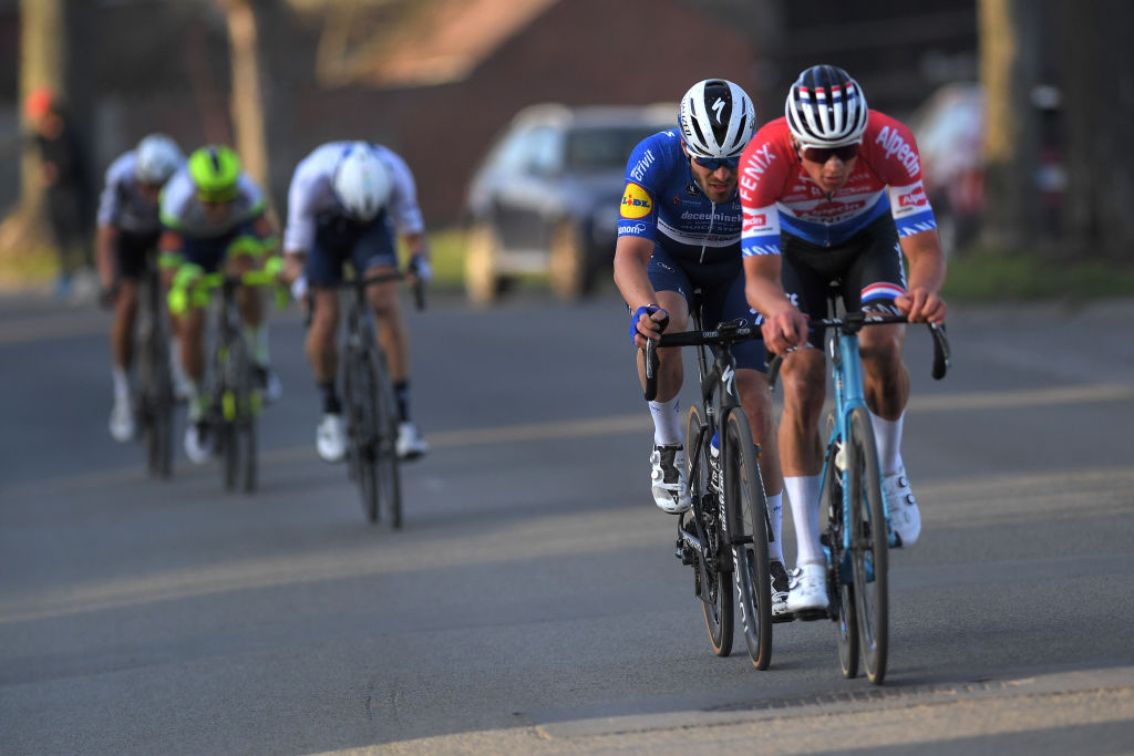 https www cyclingnews com news mathieu van der poel hamstrung by broken handlebars in le samyn finale