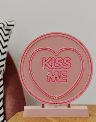 Kiss me neon light   18 Valentine's Day gift ideas pQMJjYHabwkb8BB4ePXqSX 320 80