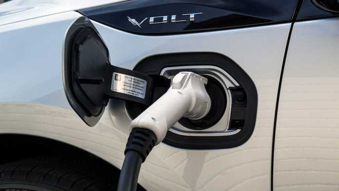 gm says no to plug-in hybrids, yes to pure electric