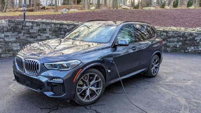 BMW X5 xDrive45e Plugged in