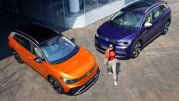 Volkswagen ID.6 CROZZ (orange) and ID.6 X (pink)