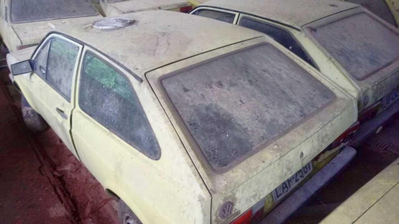 Antigos VW Gol usados com táxi abandonados no RJ