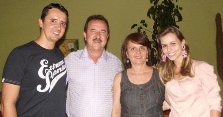 O vereador Rodrigo Freitas, pré-candidato em Cassilândia, com seu pai e respectivas esposas