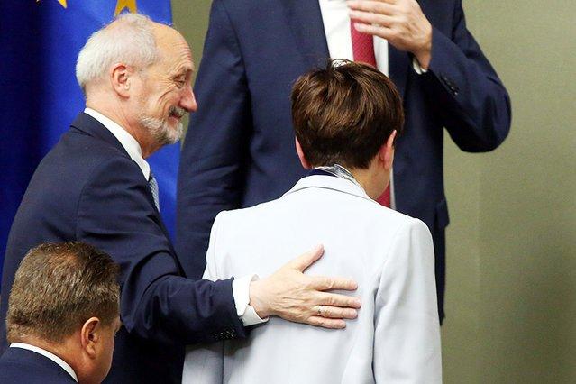 Minister Antoni Macierewicz tuż po tym, jak Beata Szydło, premier rządu PiS, obroniła go przed wotum nieufności.