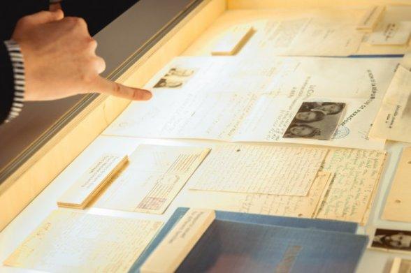 Fałszywy paszport paragwajski sporządzony przez grupę berneńską oraz inne dokumenty.