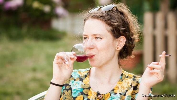 Frau trinkt und raucht