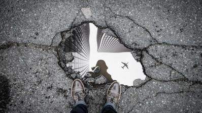 Spiegelung eines Flugzeugs in einer Pfütze