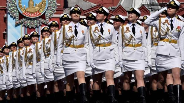 Putin's female 'miniskirt army' marches in Red Square ...