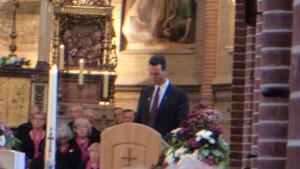 Pastor Paul opende de ceremonie in de Sint Victorkerk als ceremoniemeester.