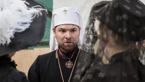 A priest talking to churchgoers (play, Erik Pihl).