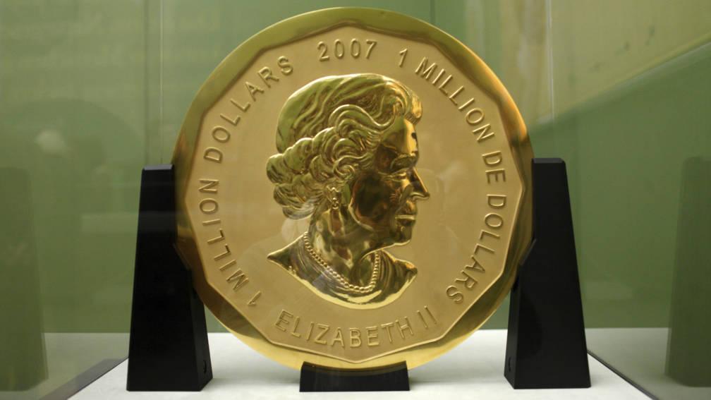 dieven stelen een gouden munt van 100