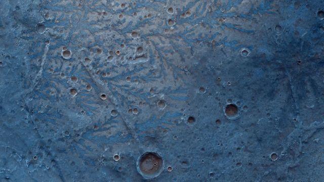 Imagens em cores falsas são usadas por cientistas para enriquecer suas descobertas. Fonte: ESA/ROSCOSMOS/CASSIS.