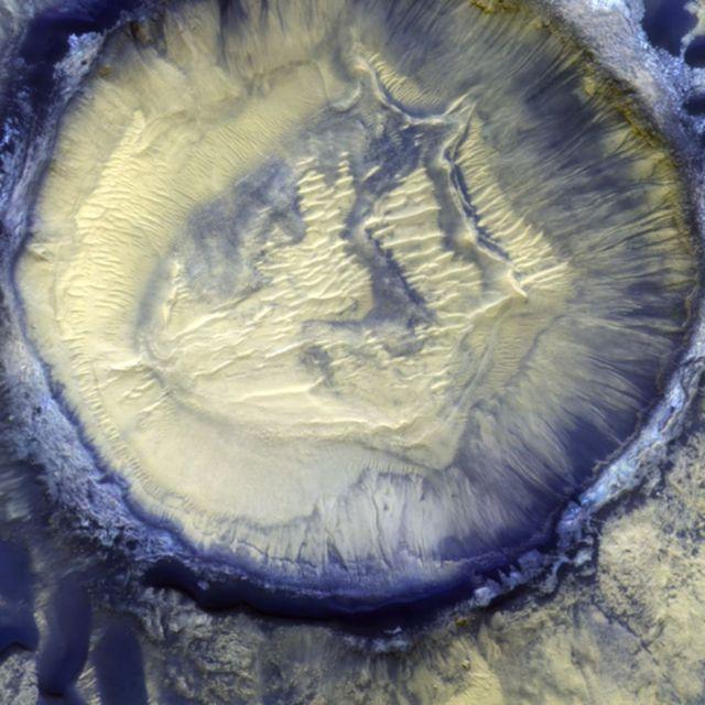 As diferenças de composição nas superfícies são mostradas nesta imagem da Cratera Moni na Bacia da Cratera Kaiser. Fonte: ESA/ROSCOSMOS/CASSIS.