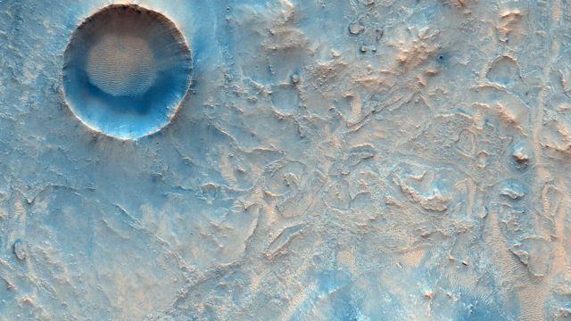 Esta imagem mostra uma área perto do local de pouso planejado do Perseverance que pode fazer parte das futuras travessias do rover na superfície. Fonte: ESA/ROSCOSMOS/CASSIS.