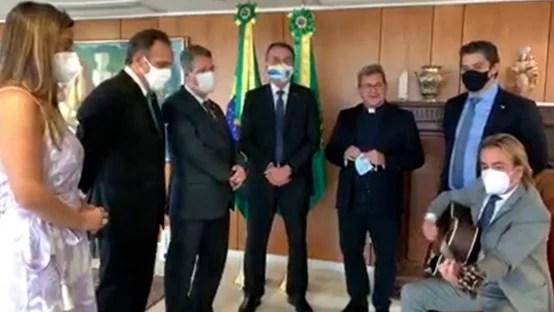 Em oração no Planalto, padre sugere que CPI é coisa do mal contra Bolsonaro