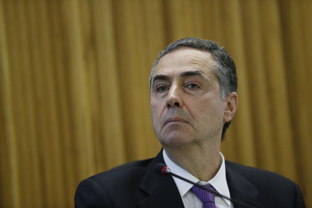 Autores de fake news 'não são pessoas de bem, são bandidos', diz Barroso